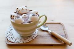 Ours blanc flottant dans le cappuccino chaud Photo libre de droits