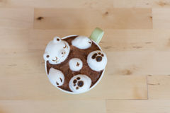 Ours blanc flottant dans le cappuccino chaud Image libre de droits