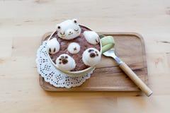 Ours blanc flottant dans le cappuccino chaud Photographie stock