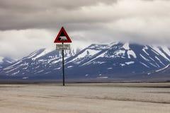 Ours blancs de panneau d'avertissement, le Spitzberg, le Svalbard, Norvège photo stock