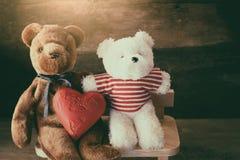 Ours d'amants et coeur rouge de chocolat Image stock