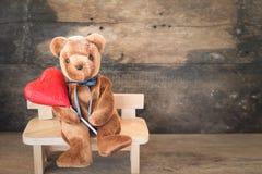 Ours d'amants et coeur rouge de chocolat Photographie stock