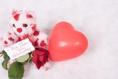 Ours d'amour avec les coeurs roses et l'Allemand heureux du jour de valentine de carte Photographie stock