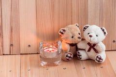 Ours de couples d'étreinte dans l'amour avec le chandelier Photo stock