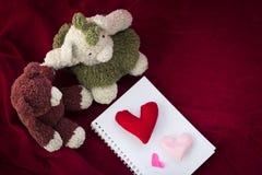 Ours de couples et coeur d'amour le jour de valentines Photographie stock libre de droits