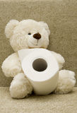 Ours de jouet avec du papier hygiénique Photographie stock