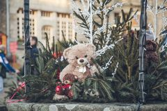 Ours de jouet de Noël au marché de Noël photos libres de droits