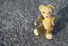 Ours de jouet de vintage se reposant au sol Photos stock
