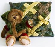 Ours de Noël et un oreiller sur un fond blanc images libres de droits