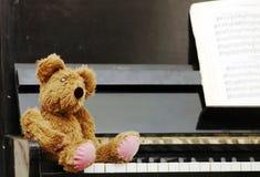 Ours de nounours après le piano Image libre de droits