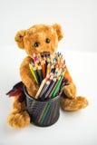 Ours de nounours avec des crayons Photos libres de droits