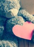 Ours de nounours avec le coeur rouge sur le fond en bois Images libres de droits