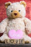 ours de nounours avec le coeur sur le fond en bois Photos libres de droits