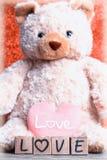 ours de nounours avec le coeur sur le fond en bois Images libres de droits