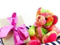Ours de nounours avec le présent de boîte-cadeau Images stock