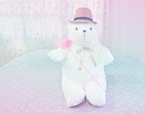 Ours de nounours blanc et coeur rose sur le lit Photo libre de droits