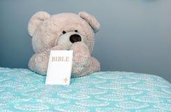 Ours de nounours de bonne nuit avec les prières et la bible photographie stock