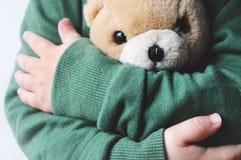 Ours de nounours chez les mains des enfants photographie stock