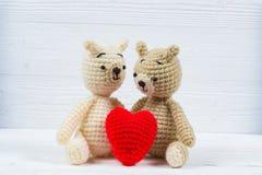Ours de nounours de couples avec le tricotage rouge de crochet de coeur fait main sur le wh Photos libres de droits