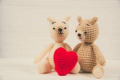 Ours de nounours de couples avec le tricotage rouge de crochet de coeur fait main sur le wh Image libre de droits