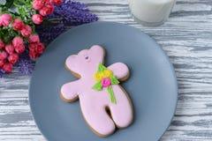 Ours de nounours délicieux de biscuit de pain d'épice avec des fleurs Photo libre de droits