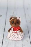 Ours de nounours d'artiste de Brown dans la robe rouge une de la sorte Photographie stock
