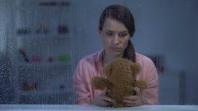 Ours de nounours d'une cinquantaine d'années désespéré de participation de femme, recherchant l'appui, jour pluvieux banque de vidéos