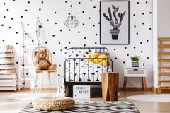 Ours de nounours dans la chambre d'enfants Photo stock