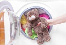 Ours de nounours dans une machine à laver Photographie stock