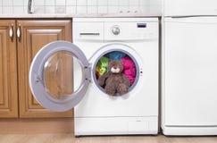 Ours de nounours dans une machine à laver Image libre de droits