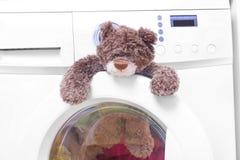 Ours de nounours dans une machine à laver Image stock