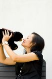 Ours de nounours de baiser de jeune femme Image stock