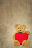 Ours de nounours de Brown avec le coeur mou sur le fond texturisé Photos libres de droits