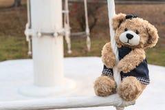 Ours de nounours de fille accrochant dans le terrain de jeu Images libres de droits