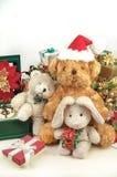 Ours de nounours de Noël avec des cadeaux et des amis Image stock