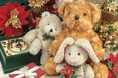 Ours de nounours de Noël avec des cadeaux et des amis Photos stock