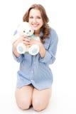 Ours de nounours de sourire et de prise de femme Images stock