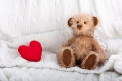 Ours de nounours et coeur rouge photographie stock libre de droits