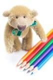 Ours de nounours et crayons colorés Image libre de droits