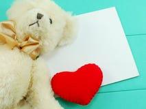 Ours de nounours mignon avec le jour de valentines rouge de coeur sur le backgroun vert Image libre de droits