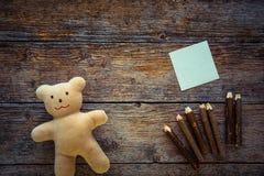 Ours de nounours, note collante et crayons Image libre de droits
