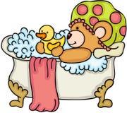 Ours de nounours prenant un bain avec le canard de douche Image stock