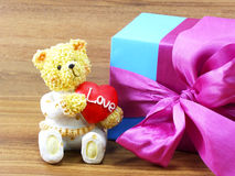 Ours de nounours se reposant avec un coeur rouge Image libre de droits