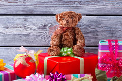 Ours de nounours se reposant sur une pile des cadeaux Photographie stock libre de droits