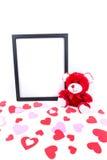 Ours de Valentine avec un premier plan noir de cadre de tableau et de coeur Photo stock