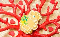Ours doux de pain d'épice petit dans le vase à forme de corail rouge Image stock