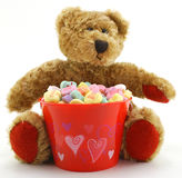 Ours du jour de Valentine avec des coeurs de sucrerie Photo libre de droits