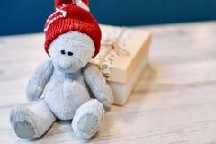 Ours et boîte-cadeau de nounours sur une table en bois dans le jour du ` s de Valentine Photo libre de droits