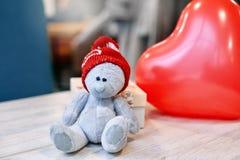 Ours et boîte-cadeau de nounours sur une table en bois dans le jour du ` s de Valentine Photographie stock