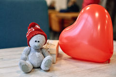 Ours et boîte-cadeau de nounours sur une table en bois dans le jour du ` s de Valentine Photos stock